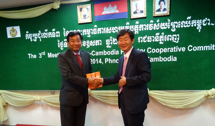 Director Lee Chang-jae of the Global Forest Resources and Trade Division of the Korea Forest Service (right) shakes hands with Director General Chheng Kimsun of the Cambodian Forestry Administration after the 3rd Korea-Cambodia Forest Cooperation Committee meeting held in Phnom Penh, Cambodia, on May 7. (photo courtesy of the Korea Forest Service)