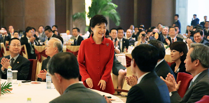 President Park Geun-hye (center) receives applause at a Korea-China business forum on June 28 in Beijing (photo: Cheong Wa Dae).