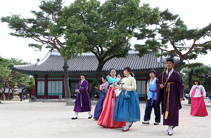 Visitors in Hanbok walk around Changgyeonggung in Seoul (photo: Jeon Han).