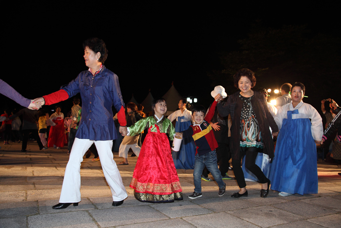 Visitors to the National Folk Museum of Korea participate in ganggangsullae, a traditional Korean circle dance performed under the bright full moon during Chuseok (photo courtesy of National Folk Museum of Korea).