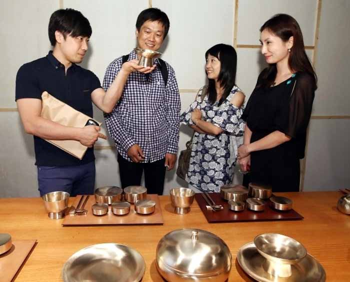 Visitors admire traditional tableware on display at the 2014 Craft Platform exhibition at Culture Station Seoul 284. (photo courtesy of the KCDF)