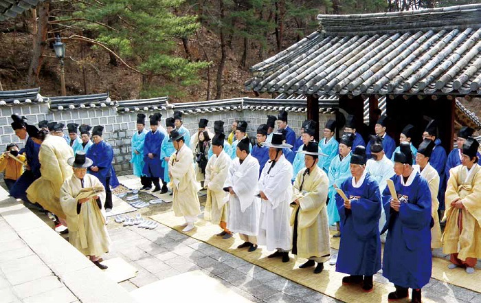 A ceremony in honor of Yi Hwang at Dosan Seowon. © Yonhap News