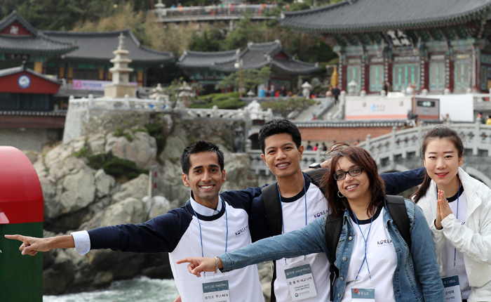 Korea.net honorary reporters pose against the backdrop of Haedong Yonggungsa Temple situated atop the ocean waves, in Busan on Oct. 27.