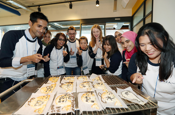 Korea.net honorary reporters inspect the <i>eomuk</i> fishcake they prepared in a cooking class at the Haeundae branch of Goraesa Eomuk in Busan on Oct. 27.