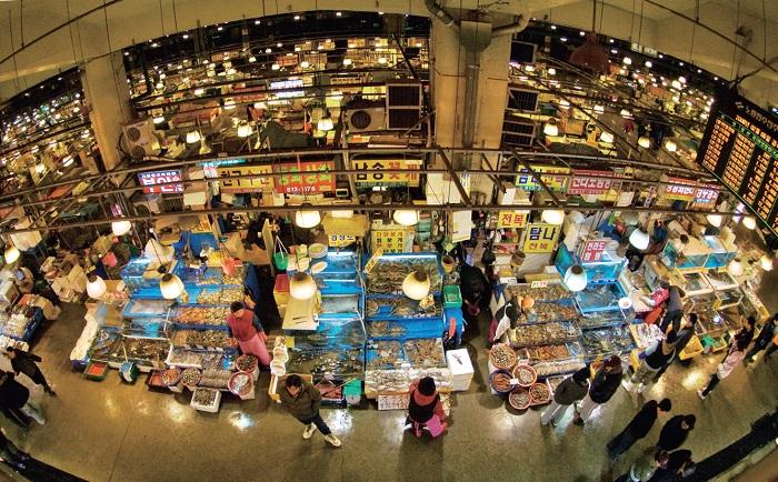 Noryangjin Fisheries Wholesale Market, Seoul's largest seafood market © KTO