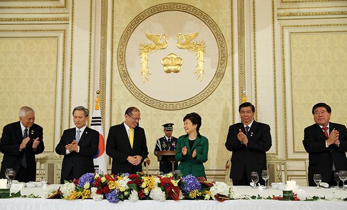 President Park Geun-hye (center right) talks with Filipino President Benigno Aquino during the state banquet held in the Yeongbin-gwan, the state guest house of Cheong Wa Dae, on October 17. (Photo: Cheong Wa Dae)