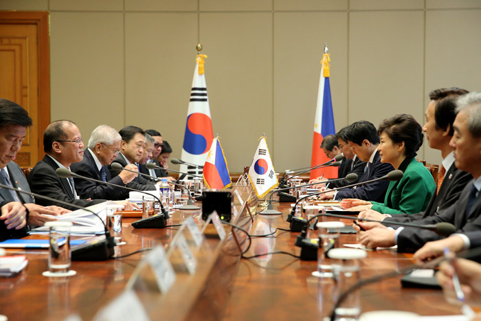 President Park Geun-hye (third from right) and Filipino President Benigno Aquino hold the Korea-Philippines summit at Cheong Wa Dae on October 17. (Photo: Cheong Wa Dae)