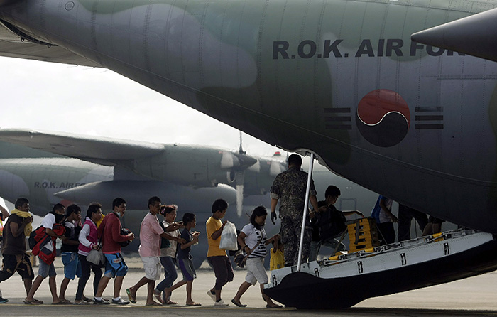 A Korean military Lockheed C-130 Hercules transport aircraft is ready to carry Typhoon Haiyan victims to a safe zone in Tacloban, the Philippines, on November 19. (photo: Yonhap News)