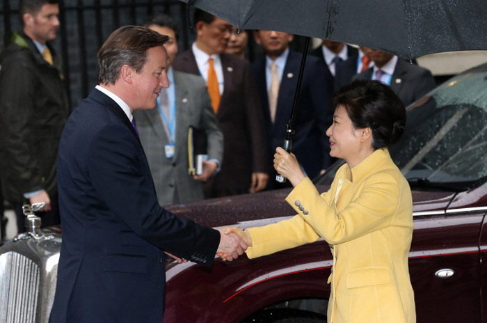 President Park Geun-hye (right) is greeted by Prime Minister David Cameron of the United Kingdom on November 6 in London. (Photo: Cheong Wa Dae)