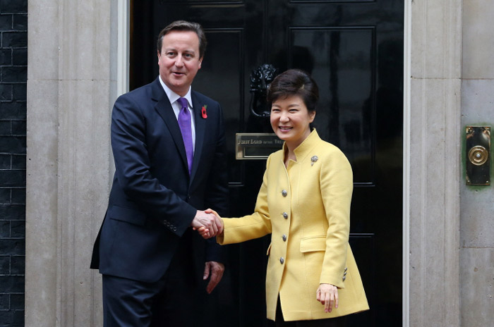 President Park Geun-hye (right) and Prime Minister David Cameron of the United Kingdom pose for photos prior to the Korea-U.K. summit talks on November 6 in London. (Photo: Cheong Wa Dae)