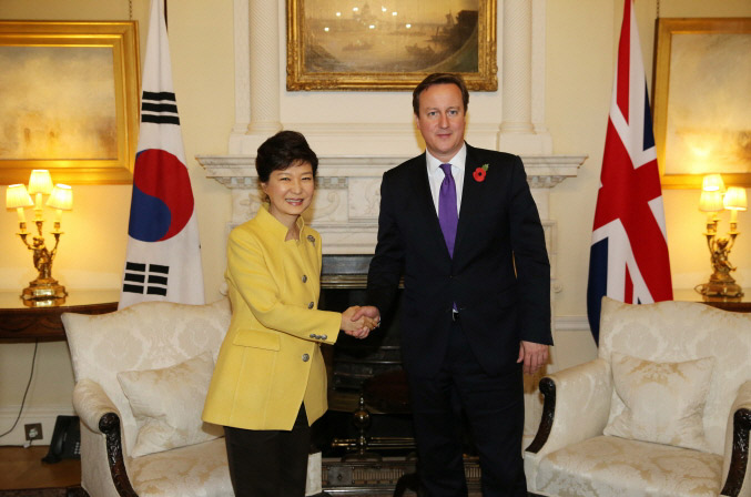 President Park Geun-hye (left) and Prime Minister David Cameron of the United Kingdom pose for photos on November 6 in London. (Photo: Cheong Wa Dae)