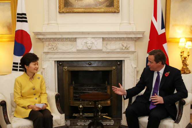 President Park Geun-hye (left) and Prime Minister David Cameron of the United Kingdom hold summit talks on November 6 in London. (Photo: Cheong Wa Dae)