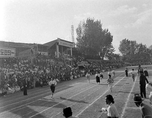 A photo from the National Archives of Korea captures a moment from the first ever Athletics Day for Mothers, held in 1957 (photo courtesy of the National Archives of Korea).