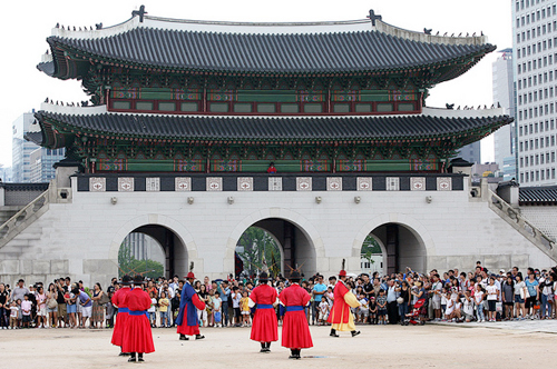 Visitors to Gyeongbokgung Palace in Seoul watch the Royal Guard Changing Ceremonies (photo by Jeon Han).