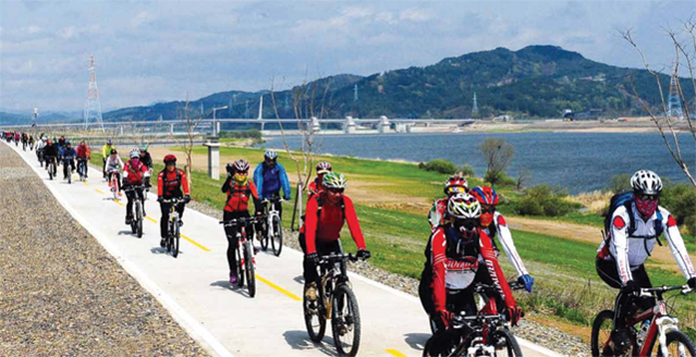 Three additional bike trails will be established along the East Coast, Gyeongchun Line, and Seomjingang River, making a total length of 931 kilometers by 2015