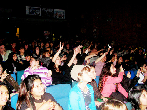 K-pop fans enjoy the show at the 2012 K-Pop Latin America Competition in Buenos Aires, Argentina on August 18. A total of 13 teams from all across Latin America took part in this year's competition (photo courtesy of the Korean Culture Center in Argentina).