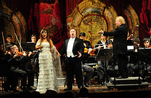 Pictured are award-winning Korean soprano Sumi Jo and Argentine tenor Dario Schmunck performing at a concert to celebrate the 50th anniversary of diplomatic relations between Korea and Argentina. The concert, which took place on September 3 in Buenos Aires, attracted over 3,000 people (photo courtesy of the Ministry of Foreign Affairs and Trade).