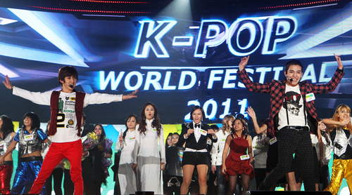 Finalists from last year's K-Pop World Festival 2011 take the stage for a finale performance (photo: Yonhap News).