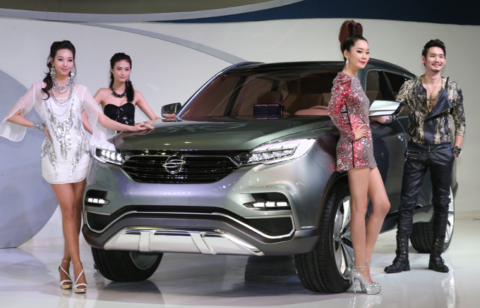 Ssangyong Motor's ambitious premium sport utility vehicle concept LIV-1 is displayed at the 2013 Seoul Motor Show (photo: Yonhap News).