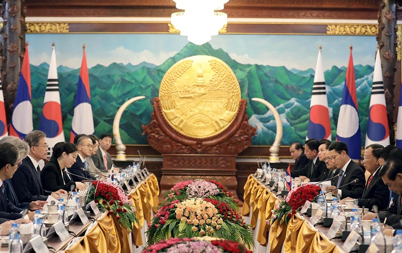President Moon Jae-in and Lao President Bounnhang Vorachith on Sept. 5 hold a summit at the Presidential Palace in Vientiane, the Lao capital.