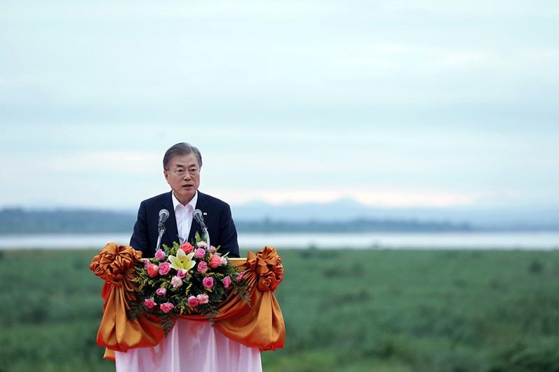 """President Moon Jae-in on Sept. 5 announces near the Mekong River the """"Korea-Mekong Vision."""""""