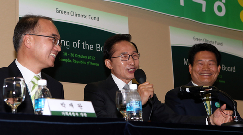 President Lee Myung-bak (center), Minister of Strategy and Finance Bahk Jae-wan (left), and Incheon Mayor Song Young-gil attended a press conference on Saturday, October 20 after the Green Climate Fund board proposed Korea as the site for its headquarters (photo: Yonhap News).