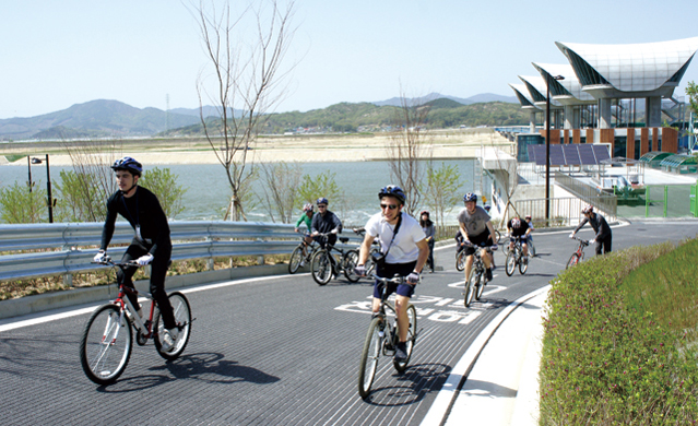 Korea is promoting low carbon green growth with such measures as constructing bicycle roads