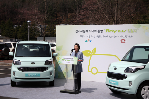 Minister of Environment Yoo delivers a speech at Gwacheon Government Complex on April 17