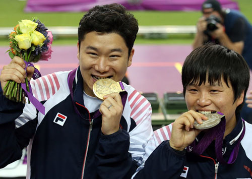 On August 5, Jin Jong-oh (left) won gold in the men's 50-meter pistol finals, marking South Korea's tenth gold medal at the 2012 Summer Olympics. Teammate Choi Young-rae (right) won the silver medal (photo: Yonhap News).