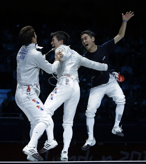The South Korean men's fencing team won gold in team sabre on August 3. The team's gold medal was Korea's 100th gold medal since participating for the first time at the 1949 London Olympics (photo: Yonhap News).