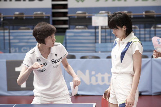 Korean national team head coach Hyun Jung-hwa coaches Ha Jiwon (photo courtesy of CJ Entertainment)