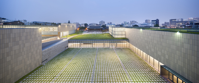 MMCA, Seoul, is designed to help the surrounding environment stand out, rather than the museum itself. (photo: Namgoong Sun)