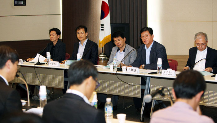 Vice Minister for Industry and Technology Kim Jae-hong (second from right, back row) leads the third hearing on deregulation held in Seoul on May 19. (photo courtesy of the MOTIE)