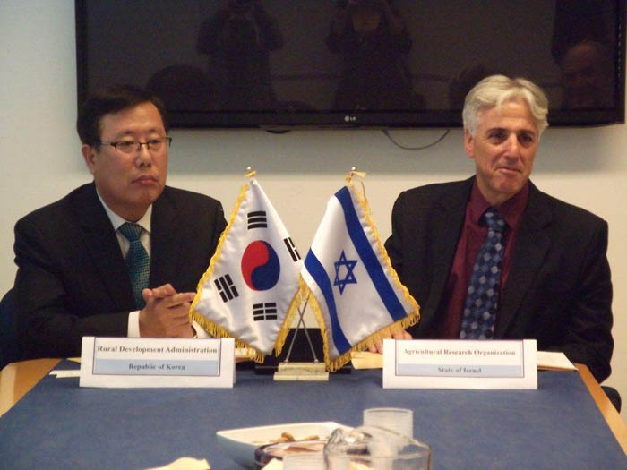 Kim Eung-bon, the RDA technology cooperation director, and Yoram Kapulnik, head of the Volcani Institute, sign the MOU on November 19. (photo courtesy of the RDA)