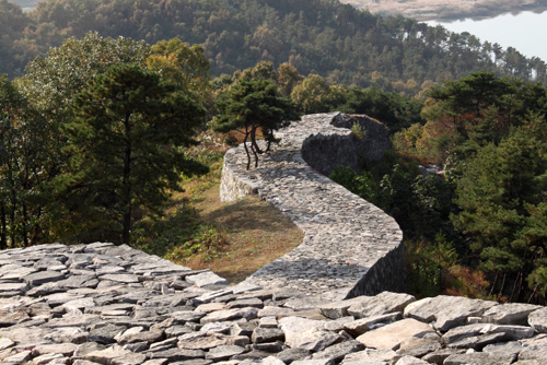 Pasaseong Stone Wall on Pasasan Mountain offers clear views of the Namhan River (photo courtesy of Yeoju County Office).