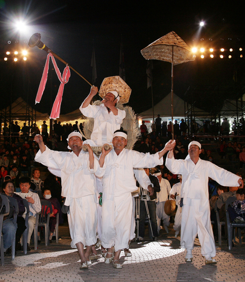 The Miryang Arirang Festival is held at an outdoor stage in Miryang, Gyeongsangnam-do each May (photo: Yonhap News).