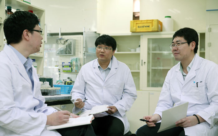 Researchers discuss the development of new Monami products.