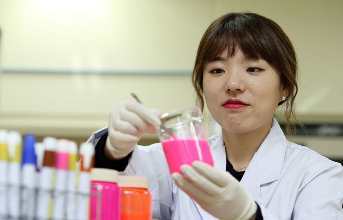 A researcher conducts an experiment in the ink development division. Various experiments are run in order to improve the functions of the ink used in Monami products, such as color, durability and overall quality.