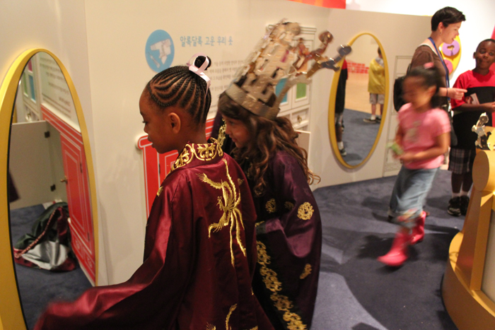 Foreign children wear replicas of gold crowns and attire of the Three Kingdoms Period (BC 57 to AD 668) during the museum tour program (photo courtesy of National Museum of Korea).