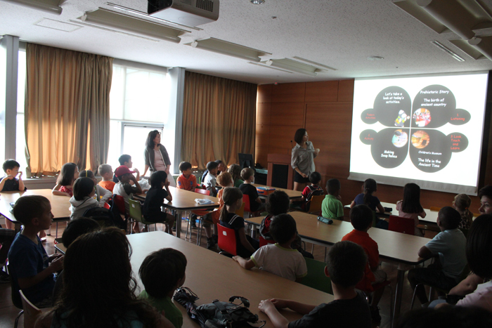 Foreign children listen to a lecture about Korea's ancient history at the museum (photo courtesy of National Museum of Korea).