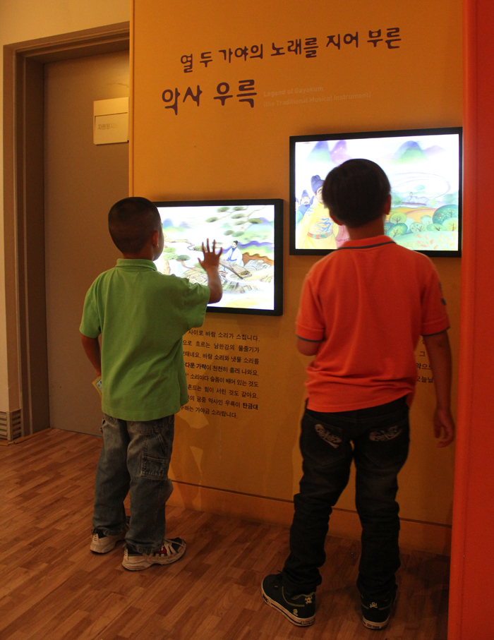 Young visitors look around the Children's Museum (photo courtesy of National Museum of Korea).