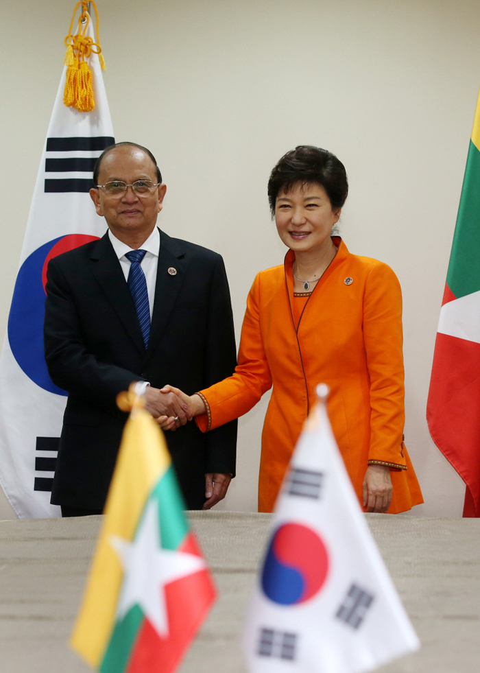 President Park Geun-hye (right) shakes hands with Myanmar President Thein Sein during the bilateral summit held in Brunei on October 9. (photo: Cheong Wa Dae)