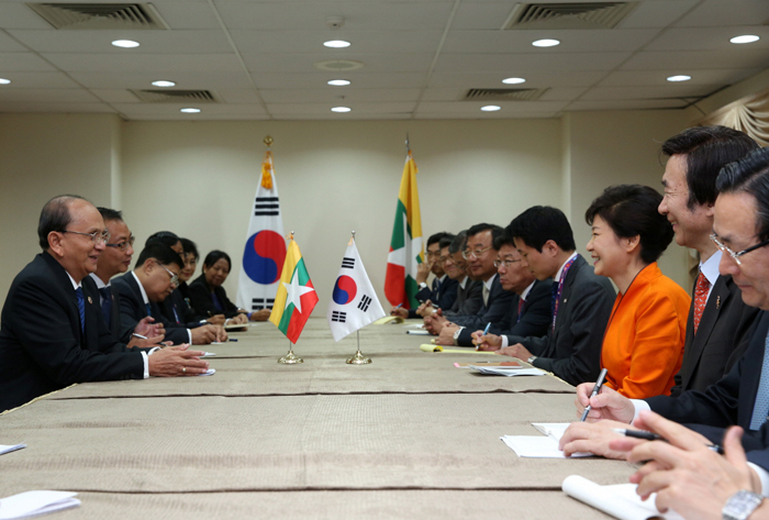 President Park Geun-hye (third from right) holds talks with Myanmar President Thein Sein during the bilateral summit held in Brunei on October 9. (photo: Cheong Wa Dae)