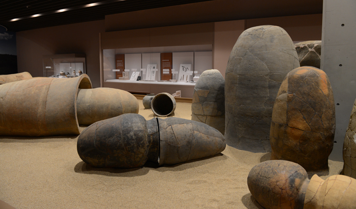(Top) The exhibition hall on the first floor of the Naju National Museum. (Bottom) Earthenware coffins excavated from the Naju area are on exhibit. (photos courtesy of the Naju National Museum)