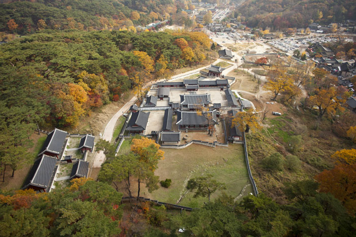 (Top) An aerial view of the southern part of the Namhansanseong. (Below) A picture of the <i>Haenggung</i> temporary palace. (photo courtesy of the CHA)