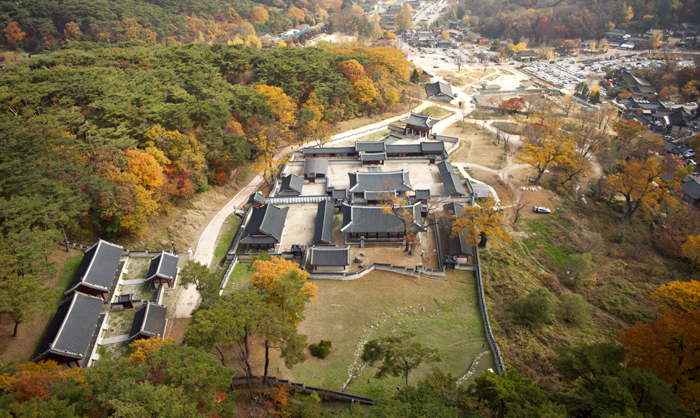 The Haenggung, a royal palace complex where Joseon kings stayed temporarily, is part of the grander Namhansanseong mountain fortress. (photo courtesy of the Namhansanseong Culture & Tourism Initiative)