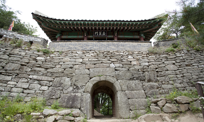 The Seomun is the west gate of the Namhansanseong fortress. (photo courtesy of the Namhansanseong Culture & Tourism Initiative)