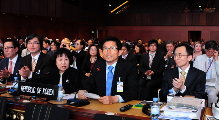 The Korean delegation delivers its presentation about Namhansanseong during the 38th assembly of the World Heritage Committee, held in Doha, Qatar, on June 22. (photos courtesy of the Namhansanseong Culture & Tourism Initiative)