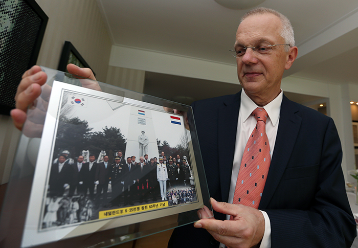 Dutch Ambassador to Korea Paul Menkveld shares a photograph taken at the annual Service of the Commemoration of the Dutch Participation in the Korean War, in front of a windmill-shaped Dutch Korean War veteran monument in Hoengseong County on May 3, 2013 (photo: Jeon Han).