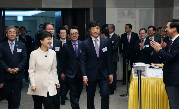 President Park (second from left) is welcomed at the banquet venue for the 57th anniversary of Newspapers' Day on April 5 (photo Jeon Han).
